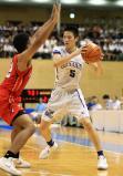 バスケットボール男子決勝、ボールをキープする中部大第一の青木遥平 ©読売新聞社