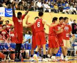 バスケットボール男子決勝で優勝し喜ぶ開志国際の選手ら ©読売新聞社