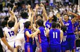 バスケットボール女子決勝で優勝を決め喜ぶ桜花学園の選手ら ©読売新聞社