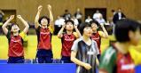 卓球女子団体で優勝して喜ぶ四天王寺の選手たち ©読売新聞社