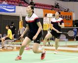 バドミントン女子ダブルスで懸命のプレーを見せる城東の高橋奈那(左)と友成花音 ©読売新聞社