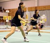 バドミントン女子ダブルスで息のあった動きを見せる米子北の前田瞳(左)と浜尾真衣 ©読売新聞社
