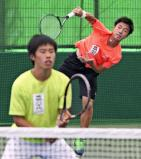 テニス男子ダブルスで優勝した秀明八千代の白石光(右)と坂川広樹 ©読売新聞社