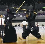 剣道男子団体の準々決勝で惜しくも敗れた三重の熊沢誠人(右) ©読売新聞社
