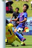 サッカー男子決勝 前半、ゴールを狙う山梨学院の宮崎純真 ©読売新聞社