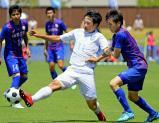 サッカー男子決勝 後半、攻め込む桐光学園の敷野智大 ©読売新聞社