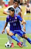 サッカー男子決勝 後半、ゴール前に攻め込む山梨学院の宮崎純真 ©読売新聞社