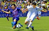 サッカー男子決勝 後半、シュートを放つ桐光学園の金子開研(右) ©読売新聞社