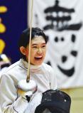 「全力 輝く夏」目を閉じて集中した後、気合を入れて試合に臨むフェンシング女子の選手(4日、愛知県知多市で) ©読売新聞社