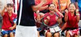 「全力 輝く夏」テニス男子団体準決勝、得点が決まるたび大声援を送る早稲田実(東京)の女子選手たち(4日、三重県四日市市で) ©読売新聞社