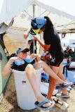 「全力 輝く夏」カヌー女子の試合後、日よけのために設置したテントの傍らで、氷水を張ったたるで涼をとる金津(福井)の選手たち(4日、岐阜県海津市で) ©読売新聞社