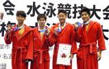 競泳男子400メートルリレーで3位になった桃山学院の選手たち ©読売新聞社