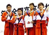 競泳男子400メートルリレーで2位になった京都外大西の選手たち ©読売新聞社
