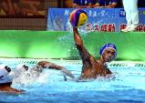 水球で、3得点した関西の片山晃成 ©読売新聞社