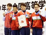 競泳男子800メートルリレーで準優勝した四條畷学園の選手たち ©読売新聞社