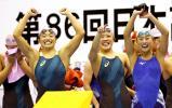競泳女子800メートルリレーで優勝し応援席に向かって笑顔を見せる日大藤沢の選手たち ©読売新聞社