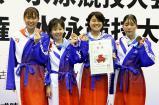 競泳女子400メートルメドレーリレーで3位に入った春日部共栄の選手たち ©読売新聞社