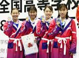 競泳女子400メートルメドレーリレーで準優勝した日大藤沢の選手たち ©読売新聞社