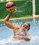 水球決勝、ゴールを狙う秀明英光の小見晴人 ©読売新聞社