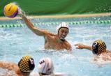 水球決勝、ゴールを決める金沢市工の新田一平 ©読売新聞社