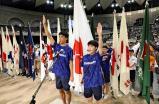 総合開会式で選手宣誓する川畑颯太郎さん(左)と徳田梨愛さん(27日午前、鹿児島市の鹿児島アリーナで)