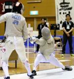 女子サーブル決勝で鹿児島南の尾崎選手(左)を攻める玄界の高橋千里香選手