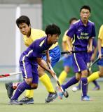 対今市戦、相手と激しく競り合う玖珠美山の酒井高希選手(左)