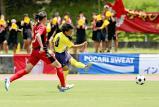 前半、シュートを放つ暁星国際の檜山美翔選手(右)