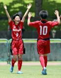 前半終了間際、ゴールを決め喜ぶ日ノ本学園の平井杏幸選手(左)