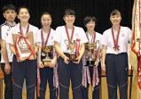 女子団体で優勝し、笑顔の聖霊女短大付の選手たち