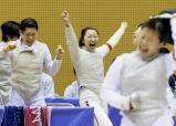 フェンシング女子団体で優勝し、喜ぶ聖霊女短大付の選手たち