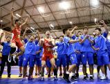 レスリング団体4連覇を果たし、喜ぶ日体大柏の選手たち