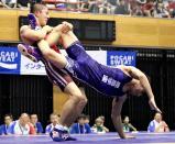 脚を固めて相手を持ち上げる秋田商の山下選手(左)
