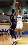 シュートを放つ昭和学院の増田選手(右)
