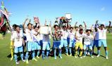 優勝し、メダルを胸に喜ぶ桐光学園の選手たち