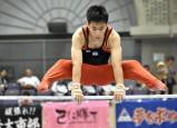 予選、鉄棒の演技をする浜田の山本由泰選手