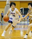 女子準決勝、ドリブルで攻め込む桜花学園の江村選手