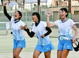 ソフトテニス女子団体で初優勝を決め、喜ぶ埼玉平成の選手たち