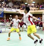 男子団体で優勝した聖ウルスラ英智ダブルスの藤沢佳史(手前)、熊谷翔組