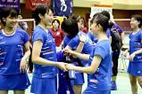 バドミントン女子団体で優勝し、喜ぶふたば未来学園選手の選手たち