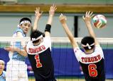 スパイクを決める松本国際の柳田歩輝選手