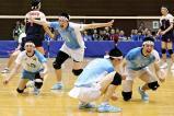 優勝を決めて喜ぶ松本国際の選手たち