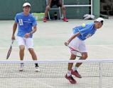 テニス男子団体で優勝した相生学院の中村選手(右)と清原選手