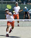 テニス男子団体準決勝で敗れた柳川の中留選手(手前)、七尾選手ペア