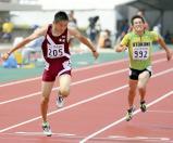 男子200メートルで優勝した築館の鵜沢飛羽選手(左)
