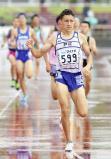 男子800メートルで優勝した相洋のクレイ・アーロン竜波選手(手前)