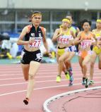 女子800メートルで優勝した明星のヒリアー紗璃苗選手(手前)