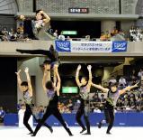 新体操男子団体 力強い演技を披露する優勝した井原の選手たち