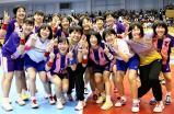 ハンドボール女子で優勝し、笑顔で喜ぶ明光学園の選手たち