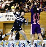 ゴールを狙う白梅学園の小宮山選手(左)